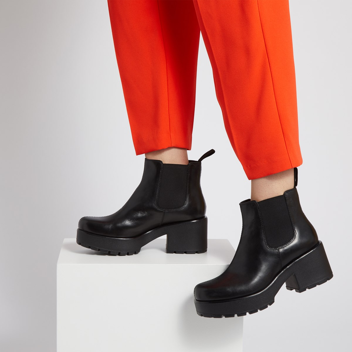 Women's Dioon Chelsea Heeled Boots in Black